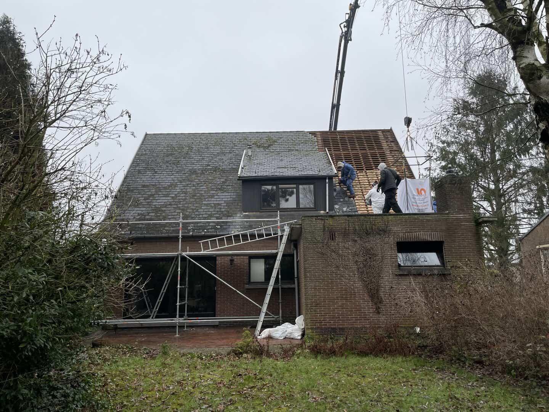 Afbraak leien dak in Lier