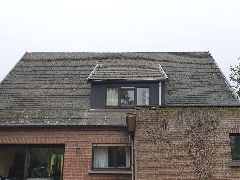 Achterkant van het asbesthoudend leien dak