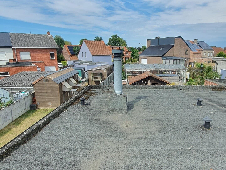 Plat dak voor de installatie
