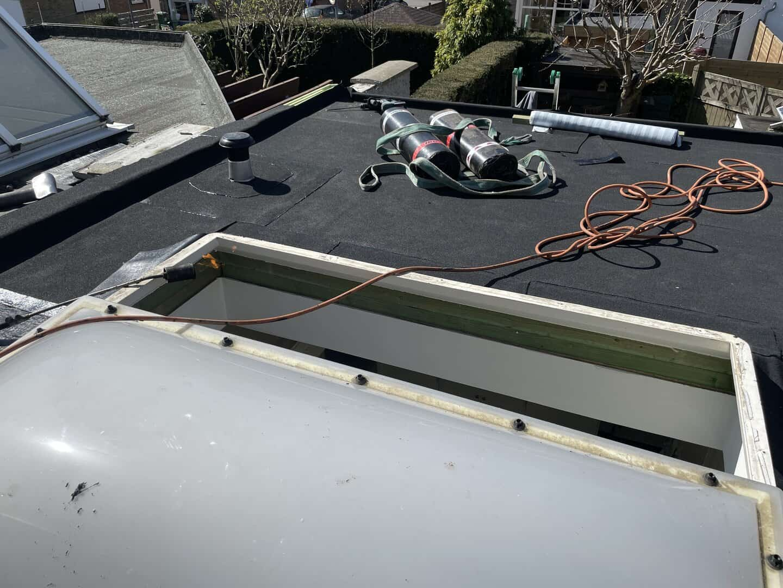 Plat dak aan het renoveren in Niel