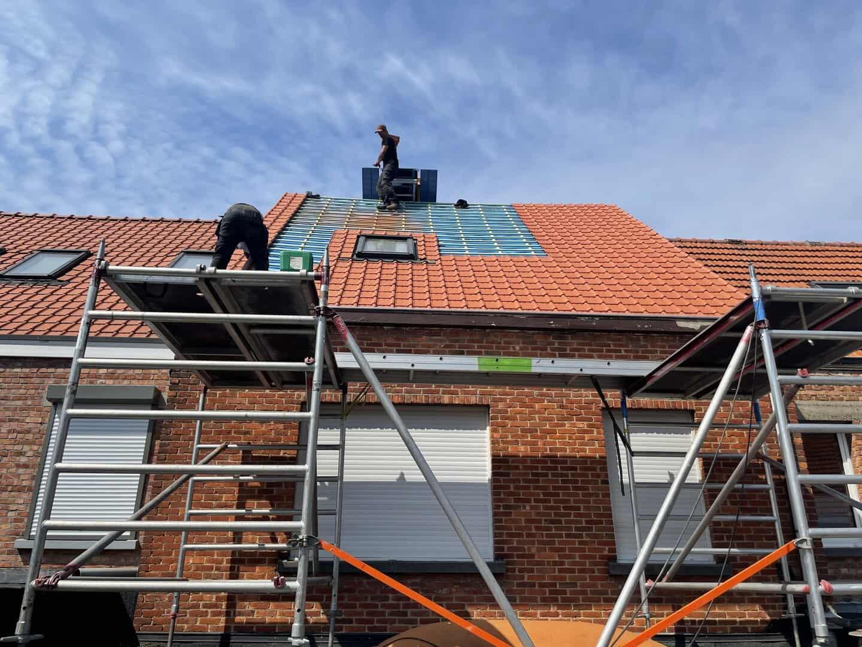 Hellend dak aan het renoveren in Schoten