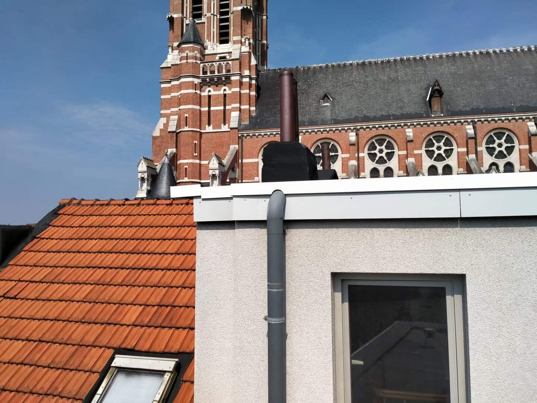 Nieuwe, verhoogde dakrand van plat dak