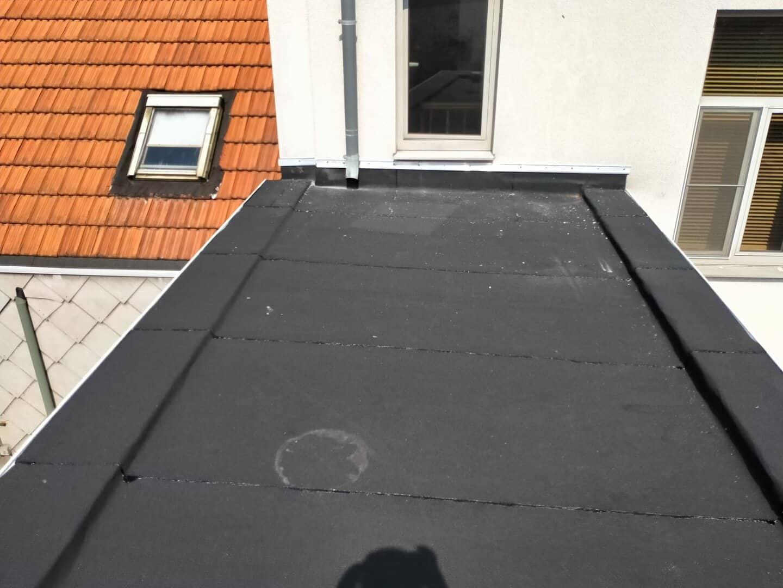 Gerenoveerd plat dak van bijgebouw